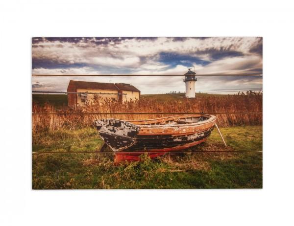 Bild, Fotografie auf Holzplanken, maritim, Leuchtturm Altenbruch mit Boot im Vortergrund, 60x40 cm